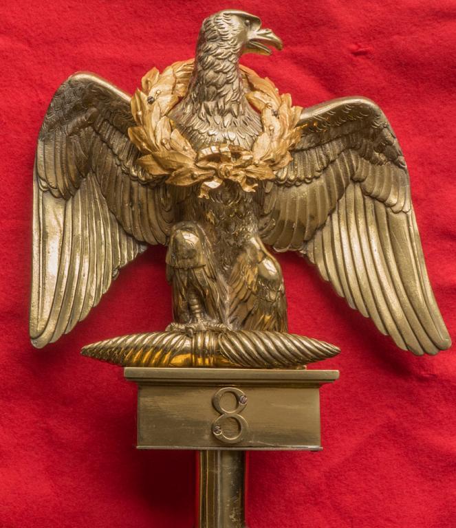 Nachbildung des Regimentsadlers der 8ème mit dem goldenen Lorbeerkranz der Stadt Paris
